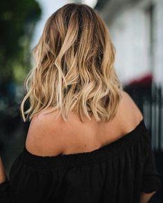 Idée Tendance Coupe & Coiffure Femme 2017/ 2018 : Blouse noire épaules dénudées ondulations effet plage =   Taaora Blog Mode Tendances Looks