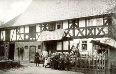 """""""Familie vor einem Haus in Oberdieten, 1912"""", in: Historische Bilddokumente <http://www.lagis-hessen.de/de/subjects/idrec/sn/bd/id/38-012> (Stand: 8.3.2011) #Untergericht"""