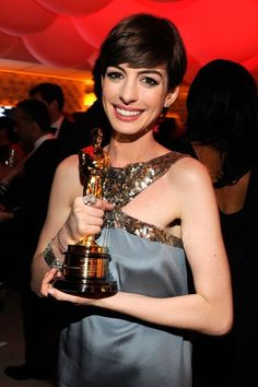 Anne Hathaway with her Oscar 2013 #Oscars at the Vanity Fair after-party.