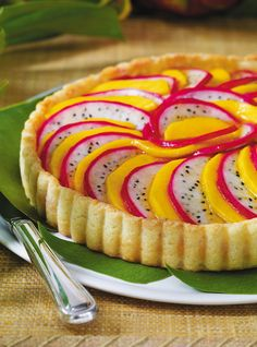 Recipe for a mango and pitahaya garden pie. Recipe for dessert with exotic fruits and pastry cream. Ingredients: mango, dragon fruit (pitahaya), apricot jam ...