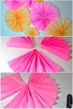 Flor de leque de papel de Seda  Batizado Equinócio da Primavera  E para a decoração da parede,  montamos, Flores de Leques de Papel de Seda, nos tons amarelo e rosa