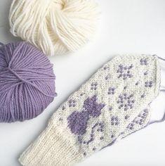 Ravelry: Katt i snøen / Snowy Cat pattern by Tonje Haugli Cat Pattern, Ravelry, Knitted Hats, Winter Hats, Kitty, Throw Pillows, Knitting, Design, Nye