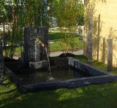 Bassin intégré au jardin, réalisé avec la bordure Gardino non vieillie de Marlux  http://www.marlux-france.com/accessoires-espaces-exterieurs/bordurettes/element-gardino-non-vieilli-lava
