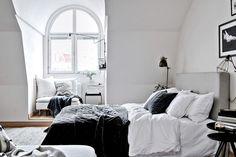J'adore le petit coin lecture près de la fenêtre, le canapé, la lampe.