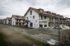 Credit Suisse sous le feu des critiques. 45 familles s'étaient retrouvées avec des maisons inachevées à Chancy. © Lionel Flusin