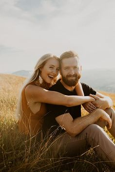 Kylie Morgan Idaho and Pacific Northwest Wedding Photographer Oregon Anniversary Session Mountain Engagement Photos, Engagement Photo Outfits, Summer Engagement Photography, Field Engagement Photos, Mountain Photos, Engagement Shoots, Couple Photoshoot Poses, Couple Photography Poses, Cute Couple Poses