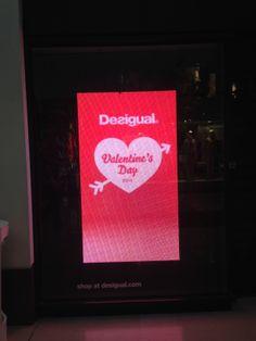 8570bc200 L écran digital de Desigual pour la St Valentin - CC 4 Temps  vitrine   windowdisplay  saintvalentin  amour  equipmag · Shopping CenterValentines  DayDisplay ...