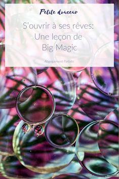 Rêves. Avec le flot des responsabilités, on oublie parfois tous les rêves qu'on avait plus jeune. Et si en reconnectant avec eux, on pouvait s'épanouir. Le livre Big Magic a été une lecture importante pour moi. Elle m'a permis de m'ouvrir à ce qui m'animait vraiment, ma créativité. #créativité #bigmagic #elizabethgilbert #commeparmagie #rêves #rêver #rêversavie Parfait, Coin, Blogging, Community, Lifestyle, Happy, Make You Smile, Music Teachers, Reading