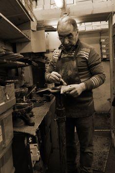 Manuel Pinto dans son atelier de cordonnerie traditionnelle, en poste du lundi au dimanche..