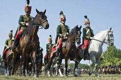 Tények a magyar történelemből, amire mindannyian büszkék lehetünk 12/20: A huszárságot az egész világon a magyar huszárezredek mintájára szervezték meg és a legtöbb nemzet nyelvében is őrzi ezt. A franciák a huszárokat housard-nak, az angolok hussar-nek nevezik, a huszárkabátot, a dolmányt pedig dolman-nak, a zsinórozást a magyar sujtás után a franciák soutache-nak, míg a csákót schaks-nek.