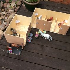 Idea: bookshelf Breyer barn, but make each stall removable to be pulled out and played with. Toy Horse Stable, Schleich Horses Stable, Horse Stables, Horse Barns, Bryer Horses, Toy Barn, Horse Crafts, Toy Rooms, Craft Projects For Kids