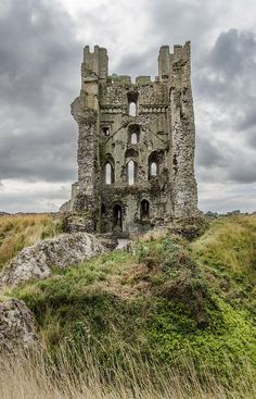 The abandoned Helmsley Castle, Yorkshire, England Abandoned Castles, Abandoned Mansions, Abandoned Houses, Abandoned Places, Haunted Places, Castle Ruins, Medieval Castle, Beautiful Castles, Beautiful Places