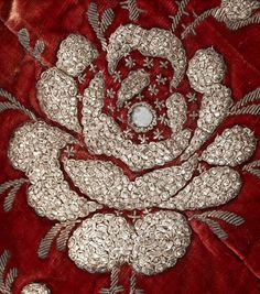 деталь вышивки шлейфа платья 1810-1812 г