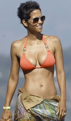 """Halle Berry: """"The keto lifestyle offers so many benefits such as weight loss better mental performance. Halle Berry Sexy, Halle Berry Bikini, Halley Berry, Actrices Sexy, Celebs, Celebrities, Beautiful Black Women, American Actress, Bikini Girls"""