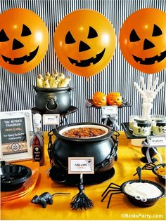 A Halloween Chilling Chili Party Buffet - Halloween Party Spooky Halloween, Décoration Table Halloween, Halloween Food For Party, Halloween Party Decor, Holidays Halloween, Baby Halloween, Halloween Treats, Diy Party, Ideas Party