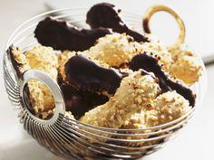 Nuss-Löffelbiskuits mit Schokoladenglasur | Zeit: 30 Min. | http://eatsmarter.de/rezepte/nuss-loeffelbiskuits-mit-schokoladenglasur