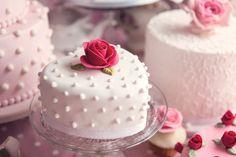 © Elizabeth Solaru / Elizabeth's Cake Emporium Proudly crafted with Massa Ticino™ Sugarpaste. #TheProfessionalsVoice #MassaTicinoValentine #TheColourMixingGuide on www.massaticino.com