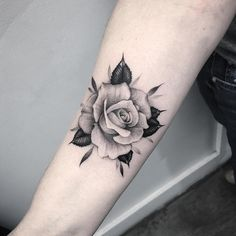 Tatoo rose, rose foot tattoos, rose tattoo on forearm, small rose Rose Tattoo Forearm, Rose Tattoos On Wrist, Body Art Tattoos, Girl Tattoos, Sleeve Tattoos, Tattoo Thigh, Tatoos, Shoulder Tattoos, Rose Tattoo Ideas