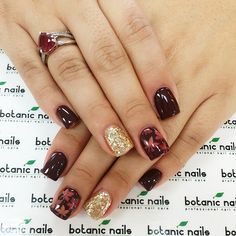 Beautiful red and dark red color autumn leaves gel nail with glitter gold accent nail. Nail art and design by botanical nailes