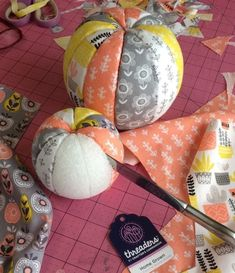 How to make no-sew fabric pumpkins – Recycled Crafts Do you buy those fat quarter packs of beautiful fabrics that coordinate perfectly? These no-sew fabric pumpkins are just the project to make with them. Grab yourself 3 Styrofoam balls … Diy Pumpkin, Pumpkin Crafts, Halloween Crafts, Holiday Crafts, Christmas Diy, Christmas Fabric Crafts, Crafts With Fabric, Diy Fall Crafts, Decor Crafts