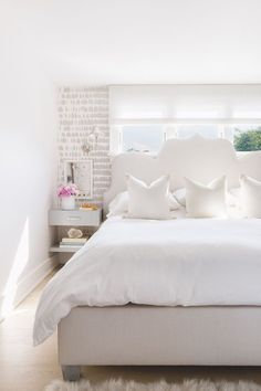 "This stunning coastal Connecticut house recently featured over on Elle Decor, is going straight into my ""dream home files"". Home Bedroom, Master Bedroom, Bedroom Decor, Clean Bedroom, Bedroom Plants, Kids Bedroom, Bedroom Furniture, Small Bedroom Designs, Small Bedrooms"