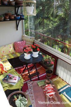 Ülkemizde sıcacık havaların olduğu şu günlerde yavaş yavaş kendimizi balkonlara atmaya başladık. Tabi bunun için öncelikle balkonlarımızda küçük bir hazırlık yapmamız gerekiyor. Peki bu hazırlıklar neler olabilir? Mesala.... Renkli sandalyelerinize küçük minderler atabilir, ortaya küçük bir kilim serebilir ve yuvarlak dekoratif bir sehpa ile kahvenizi yudumlamanın zevkini yaşayabilirsiniz. Anneler ve babalar balkonun keyfini çıkarırken tabi ki ufaklıkları da unutmadık. Sanatla…