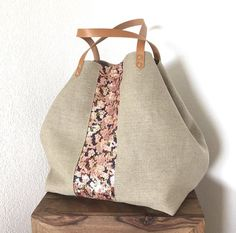 Cabas en lin brut naturel Tissu sequins multicolores Doublure imitation cuir Poche intérieure Fermeture top aimanté Anses cuir camel (env. 55 cm) Porté épaule - 20248542