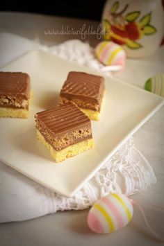 Mod de preparare Prajitura cu doua blaturi si crema de ciocolata: Blat cu vanilie: Albusurile se bat spuma tare cu un praf de sare. Se adauga zaharul si