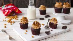 Noen ting passer helt perfekt sammen; søt, fyldig sjokolade og tykk, salt peanøttkrem for eksempel. Her i form av små, smaksrike sjokoladekaker toppet med en supergod peanøttsmørkrem; kombinasjonen av søtt og salt funker bare!