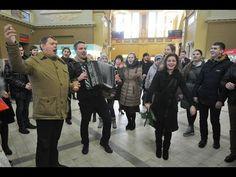 В Москве на Киевском вокзале 50 человек спели хором «Распрягайте, хлопцы, коней» - YouTube