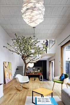 V modernom parížskom byte je dlážka zároveň aj stolom – Doba Magazín