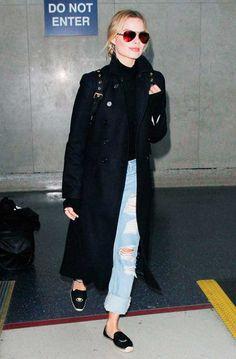 Margot Robbie usa look despojado com trench coat, calça destroyed e alpargatas