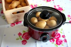 Backkartoffeln ohne Backofen - - Backkartoffeln ohne Backofen slow cooker Aromatic, juicy AND healthy You may think that baking potatoes in the oven is not difficult. Of course it's easy – but with the slow cooker it is even easier and… Grilling Recipes, Slow Cooker Recipes, Meat Recipes, Crockpot Recipes, Chicken Recipes, Healthy Eating Tips, Easy Healthy Recipes, Easy Dinner Recipes, Easy Meals