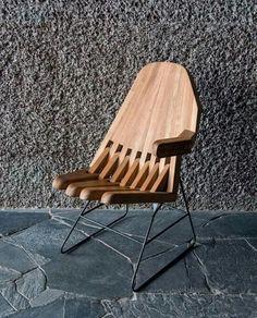 Cadeira com assento em madeira e pes em metal