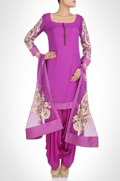 Charu Parashar collection | Gorgeous net dupatta with floral motifs in thread work is surely the highlight of this adorable salwaar kameez. A row of bronze buttons goes extremely well in contrast to the purple hue of the attire. A silk border adds an interesting detail to the dupatta as well as the hemline. -