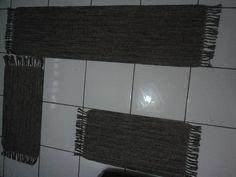 Descrição: Feito com fios de algodão;   Confeccionado em tear;    Fácil de limpar;    Pode ser lavado em máquina ou tanquinho;    Contém: 1 Passadeira medindo 1,70 x 0,45    2 Tapetes medindo 0,85 x 0,45