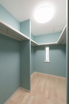 スキップフロアのある家 Natural Interior, Walk In Wardrobe, Closet Storage, My Room, New Homes, Mirror, House, Furniture, Home Decor