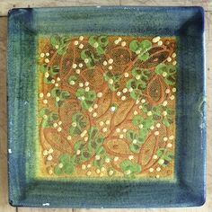 """Piatto quadrato fatto a mano con smalti ed in terventi a engobbio di """"Terre é Provence"""". Collezione privata di STRA-DE STRATEGIC-DESIGN."""