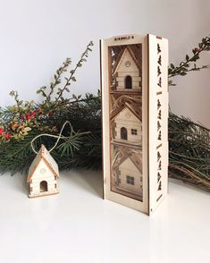 """Vianočné dekorácie """"Domček zavesený 3 kusy a darčeková krabička""""  Vianočné dekorácie, domček zavesený a darčeková krabička, drevená  Balenie obsahuje:  Drevená krabička: 24x8 cm  Domček 3 kusy: 8x7 cm"""