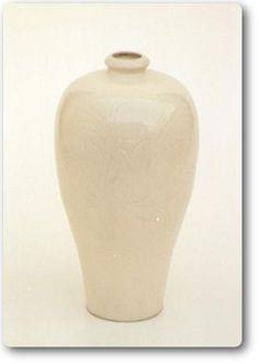 白磁蓮花紋梅瓶 定窯 [宋時代] A.D.11~12世紀 高 26.5cm Sung Dynasty. 11th-12th century. A.D. White porcelain vase in the Mei-p'ing style. On the body decorated with carved lotus scroll design under cream colour glaze. Ting ware. H.26.5cm
