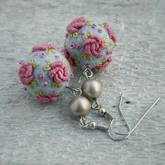 """Vintage style merino wool/felt ball rose earrings in light blue and """"old"""" pink (inpsiration) Vintage style merino Fiber Art Jewelry, Textile Jewelry, Fabric Jewelry, Beaded Jewelry, Jewellery, Diy Earrings, Crochet Earrings, Rose Earrings, Diy Schmuck"""
