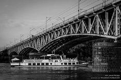Tramwaj wodny pod mostem średnicowym.