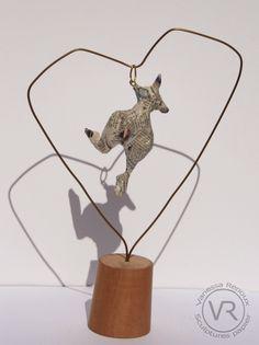 """Sculpture de femme en papier journal verni, suspendue dans un """"coeur"""" de fil de laiton. Sculpture mobile et aérienne. Par Vanessa RENOUX."""