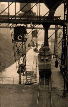Germaine Krull - Photographie d'usine, pont roulant et wagonnets