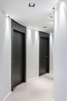 portes et contours peints toute hauteur pour donner de la grandeur à de banales portes de couloir