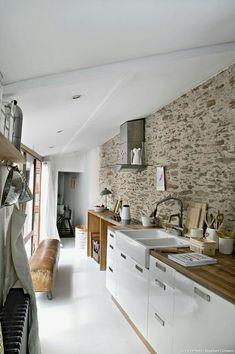Mur de pierre et cuisine laquée