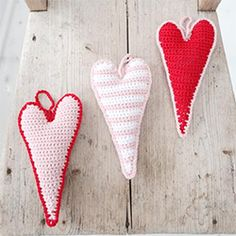 Pattern to make these doodle inspired crochet hanging hearts. Perfect for a quick cute gift.