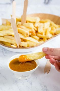 This homemade takeaway Chinese curry sauce - chip shop style with British fat chips - is so so good! Thick, gloopy with no added nasties. You have to check it out to see how it's made! Easy to make and both vegan and gluten free Curry Recipes, Sauce Recipes, Cooking Recipes, Indian Food Recipes, Asian Recipes, Ethnic Recipes, Chinese Recipes, Chip Shop Curry Sauce Recipe, Chinese Curry Recipe