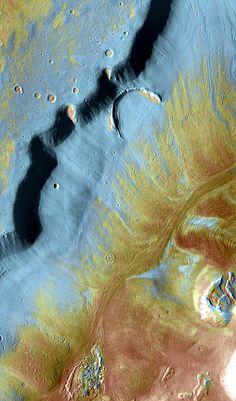 Mamers Valles est un long canyon situé dans l'hémisphère nord de Mars. Caméra High Resolution Imaging Science Experiment de la sonde spatiale Mars Reconnaissance Orbiter (MRO). ©NASA