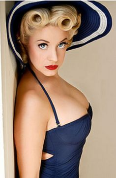 17 Fascinating Victory Rolls Hairstyles: The Modern Take At The Vintage Trend Pin Up Looks, Rockabilly Mode, Rockabilly Fashion, Pin Up Girls, Pin Up Fotografie, Pinup Photoshoot, Roll Hairstyle, Pin Up Photos, Pin Up Models